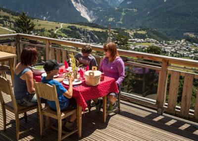 Un repas en famille sur la terrasse du refuge en été (Photo A.Pernet)