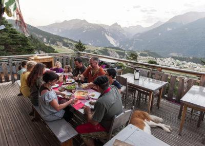 Repas sur la terrasse de Chantovent en été (Photo A.Pernet-
